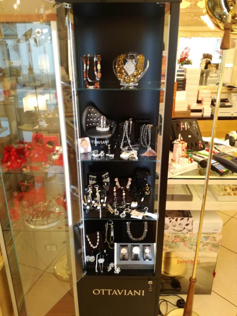 vetrina con gioielli in esposizione
