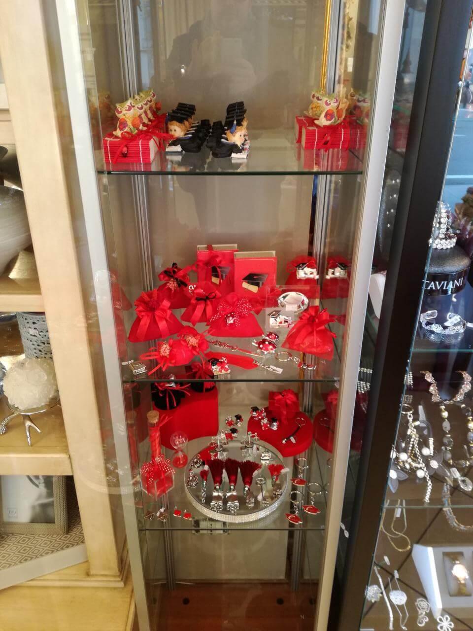 sacchetti rossi in una vetrina