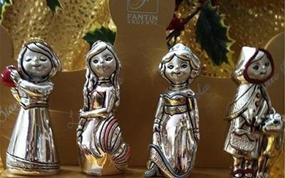 Due soprammobili in metallo a forma di bambine