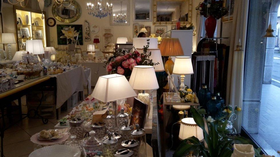 Tavolo con esposizione di bomboniere e oggettistica