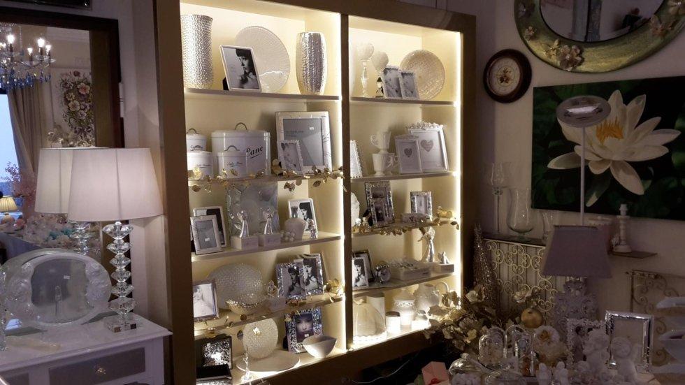 Vestrina d'esposizione con cornici per foto e altri soprammobili