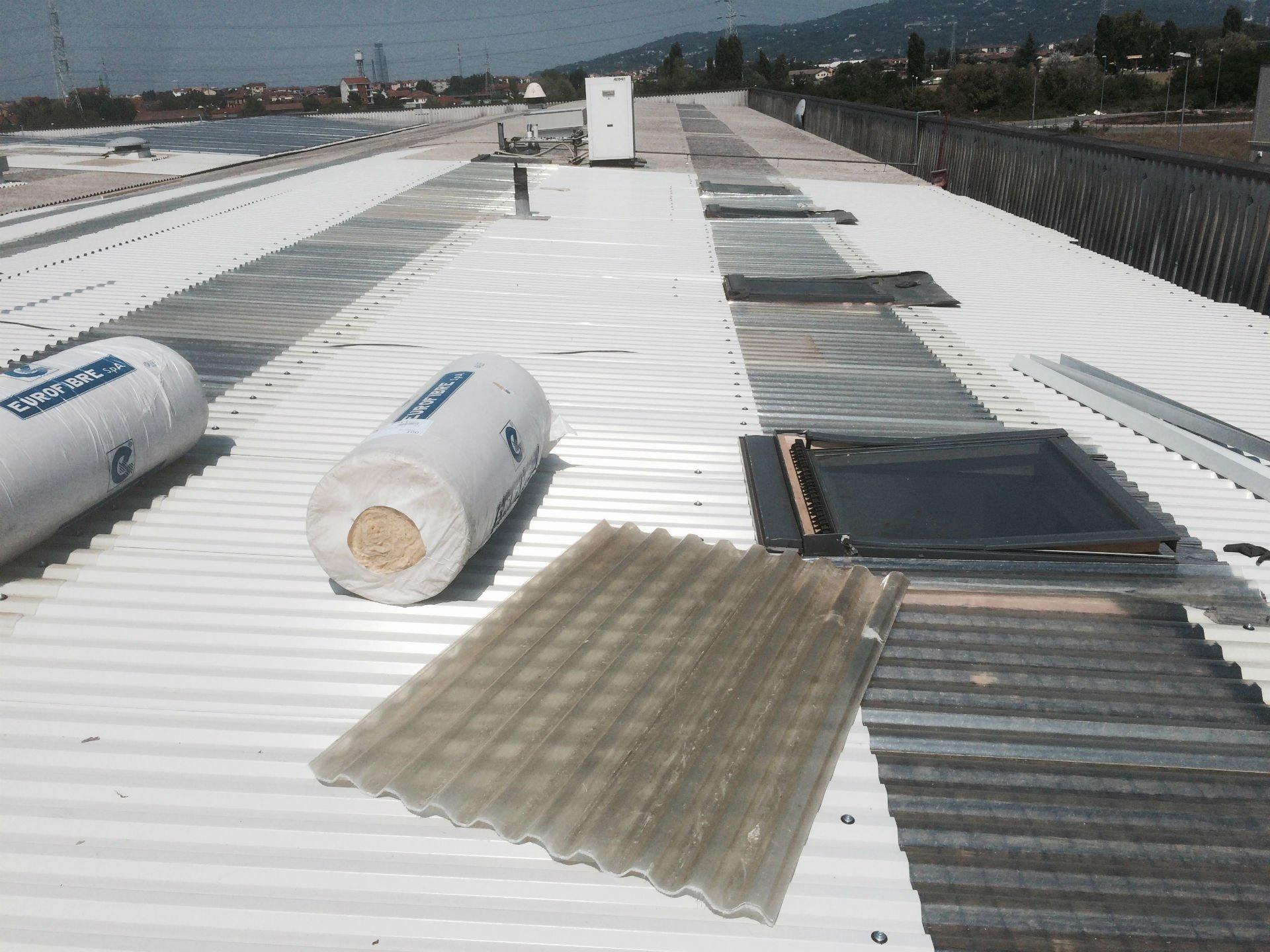 del materiale su un tetto