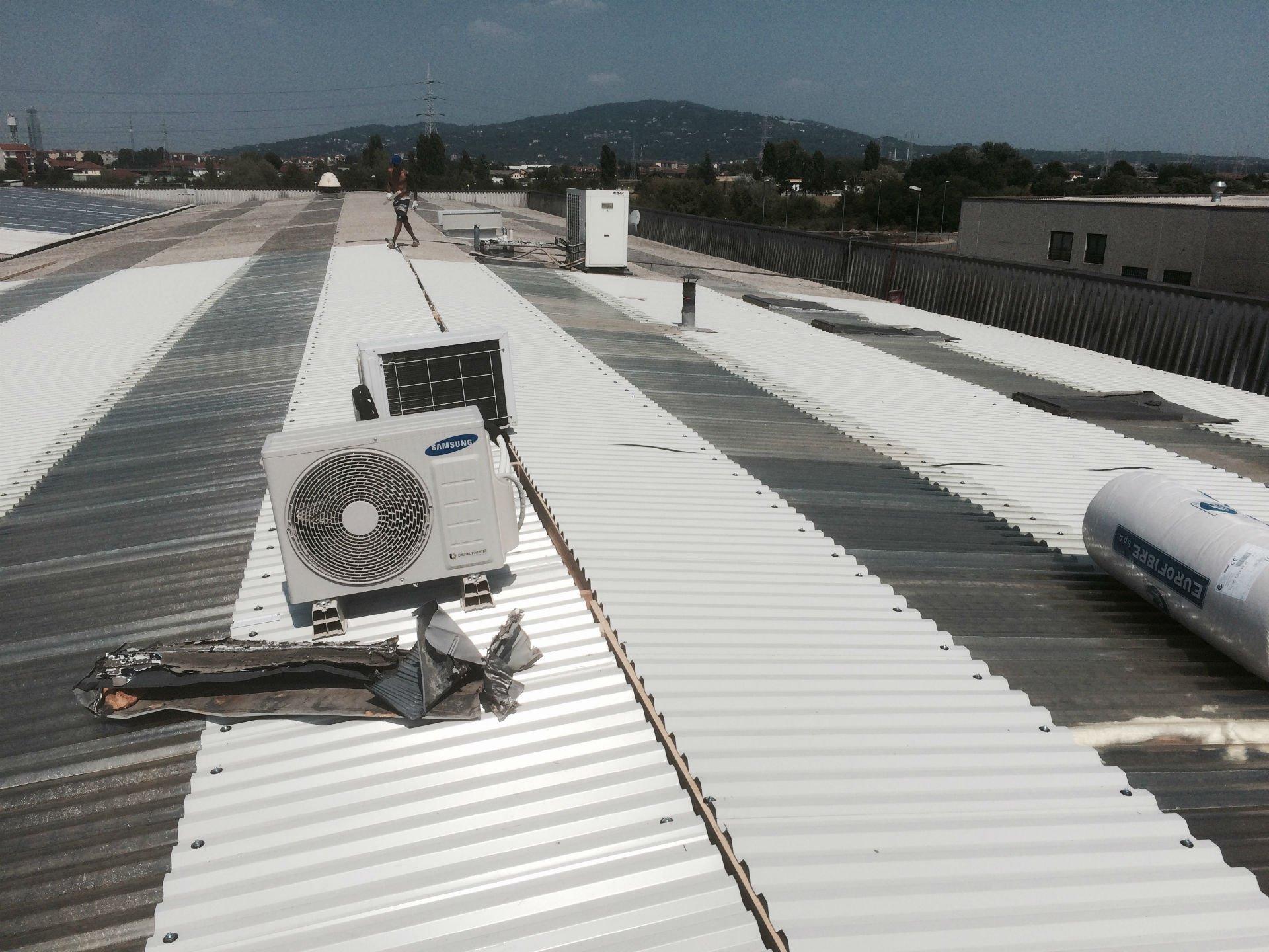 dei motori dell'aria condizionata su un ampio tetto