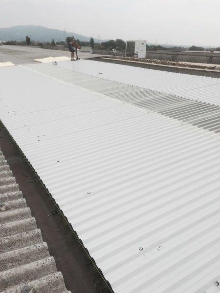 un tetto bianco e grigio