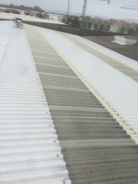 un tetto grigio e bianco