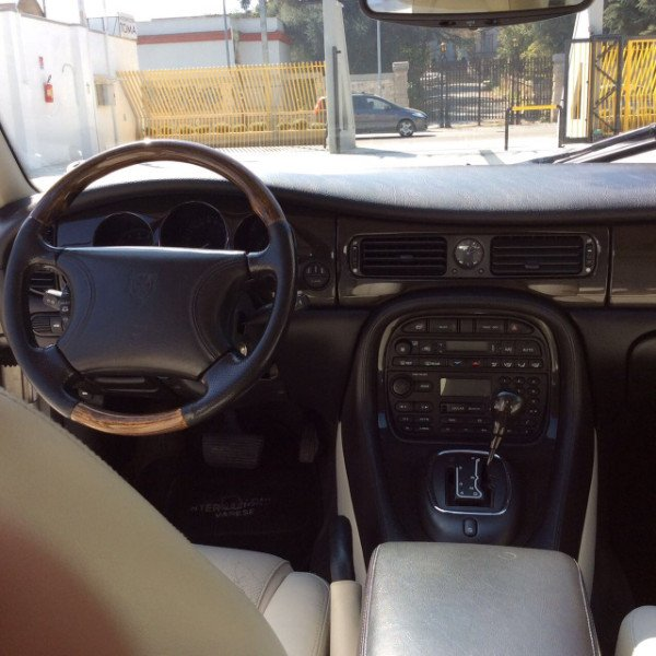 vista del volante e degli interni di un Jaguar