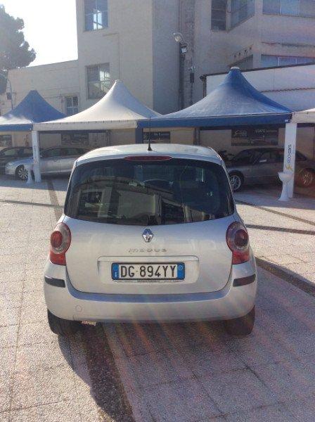 retro di una Renault Modus grigia