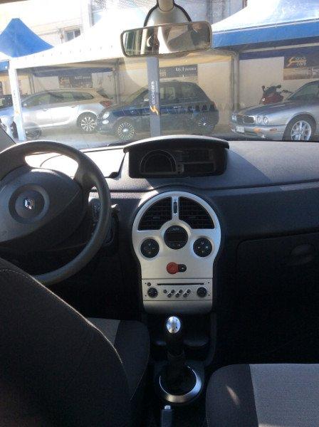 il volante e gli interni di una Renault Modus