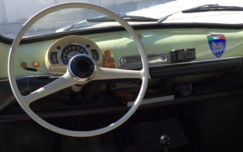 il volante e gli interni di una FIAT 500 EPOCA