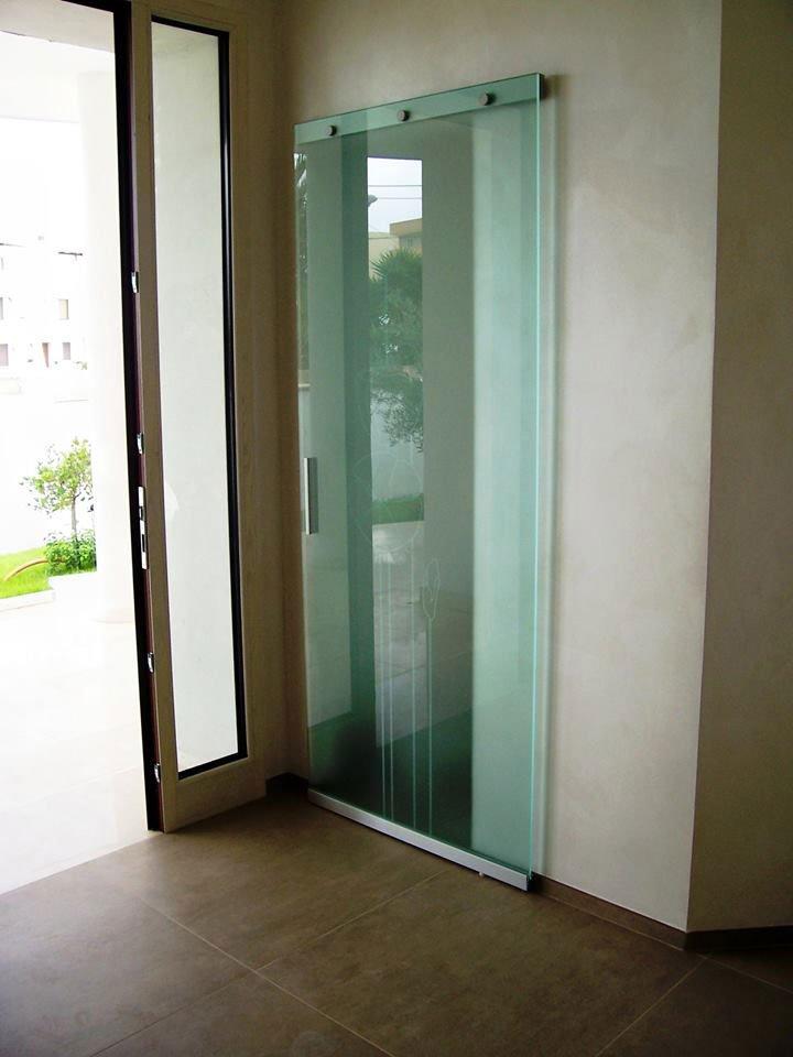 Porta di vetro azzurra presso Vetreria Ciullo a Ruffano, LE