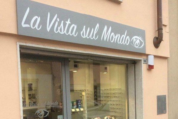 il negozio visto dall'esterno con vetrina e insegna La Vista Sul Mondo