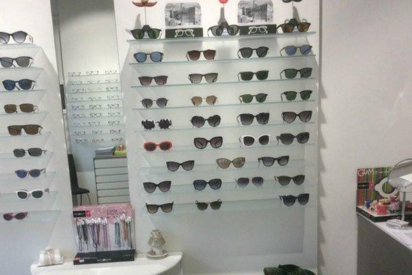 occhiali da solein esposizione su dei pannelli