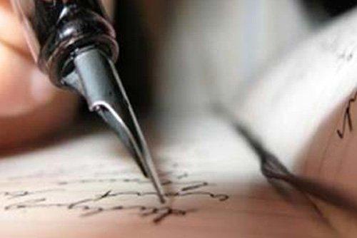 una penna stilografica che scrive su di un quaderno