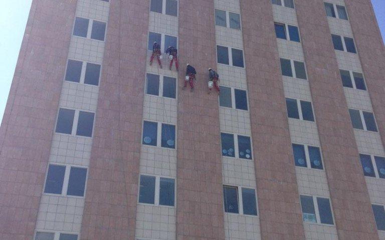 Pulizia finestre in altezza