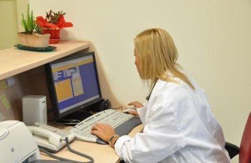 dottoressa mentre lavora su un computer in un clinica