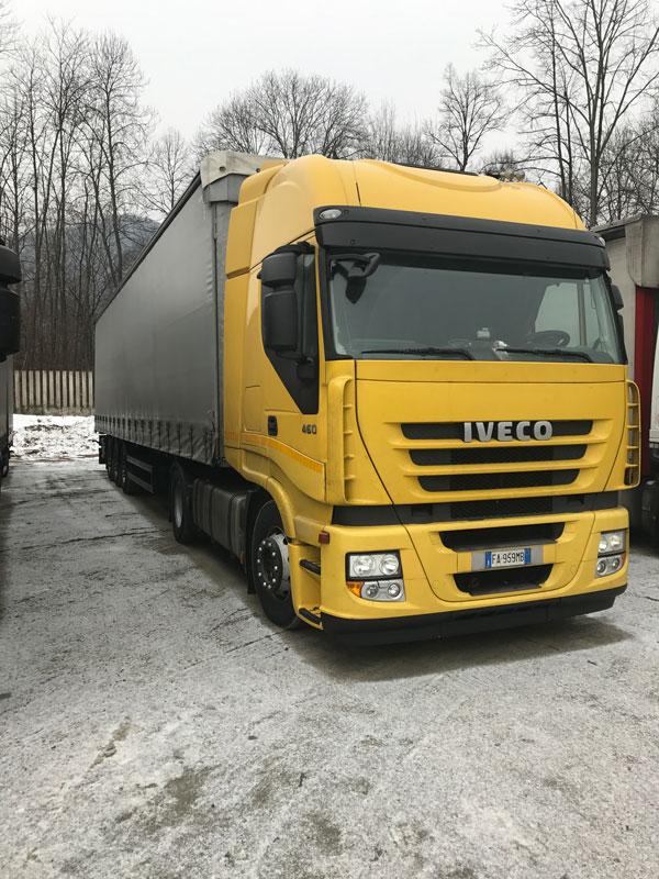 un camion giallo