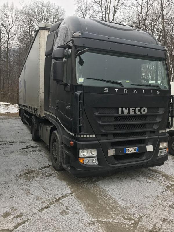 un camion nero parcheggiato