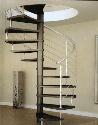una scala chiocciola con scalini in legno e corrimano in acciaio