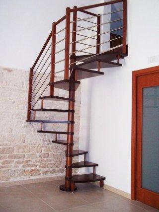 una scala a chiocciola di color marrone in un appartamento