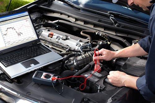 Meccanico effettua diagnosi auto al computer
