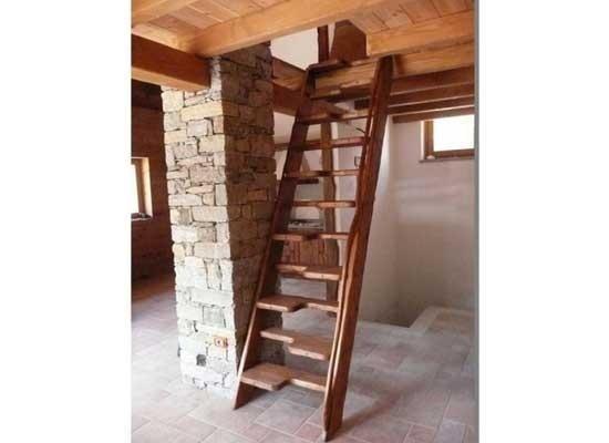 Scala e soffitto in legno
