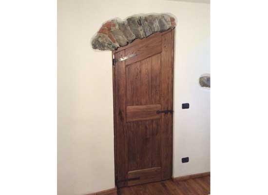Porta con cornice in pietra