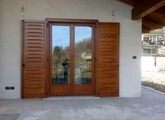 Portafinestra doppia con persiane in legno