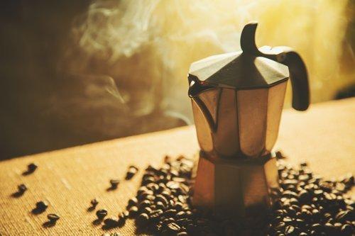 moka per il caffè e chicchi di caffe'