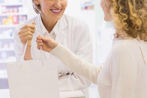 farmacista mentre serve una cliente