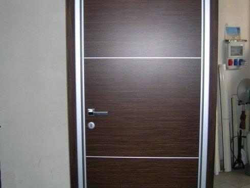 Porta per interno in legno  wengè con  inserti in alluminio