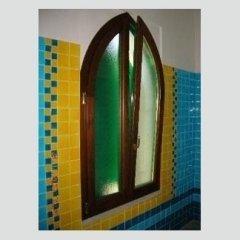 vista laterale di una finestra con serramenti in legno
