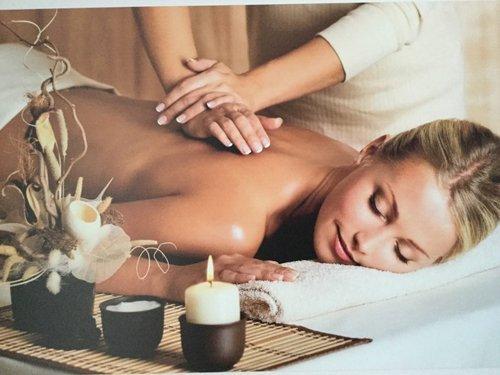 una donna in un centro estetico durante terapie di massaggio
