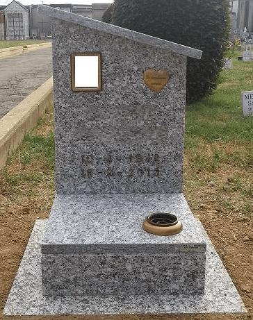 Tombino in pietra di serizzo con copertura inclinata