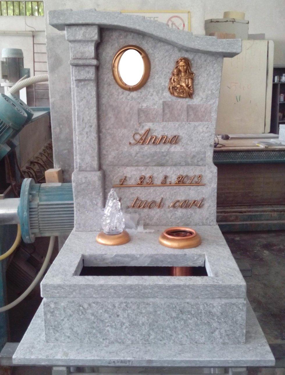 Tombino in pietra con semicolonna e copertura sagomata Asti