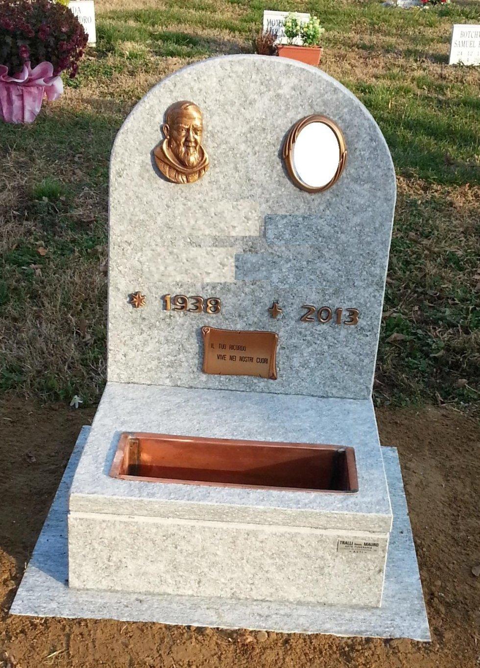 Tombino in pietra di luserna con applicazione Padre Pio in bronzo Asti
