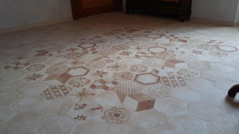 Piastrelle esagonali avorio con tappeto centrale decorato