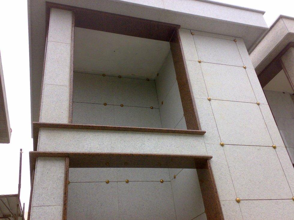 Realizzazione rivestimento edicola funeraria in granito Rosso Balmoral Asti