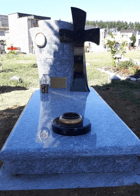 Monumento commemorativo in pietra di luserna lucida, croce e dettagli in granito Limbara lucido Cimitero di Asti