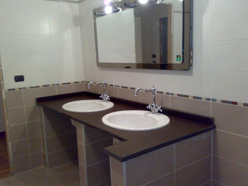 Top bagno e lavandino in granito nero spazzolato Asti