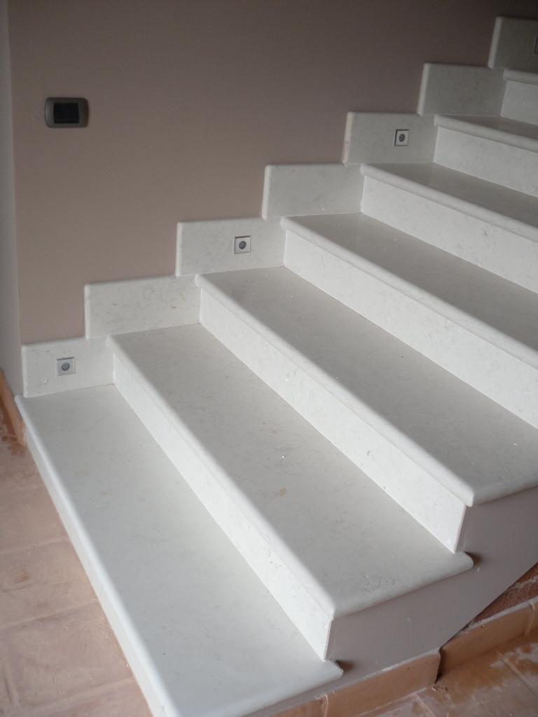 elegante scala in marmo biancone patinato