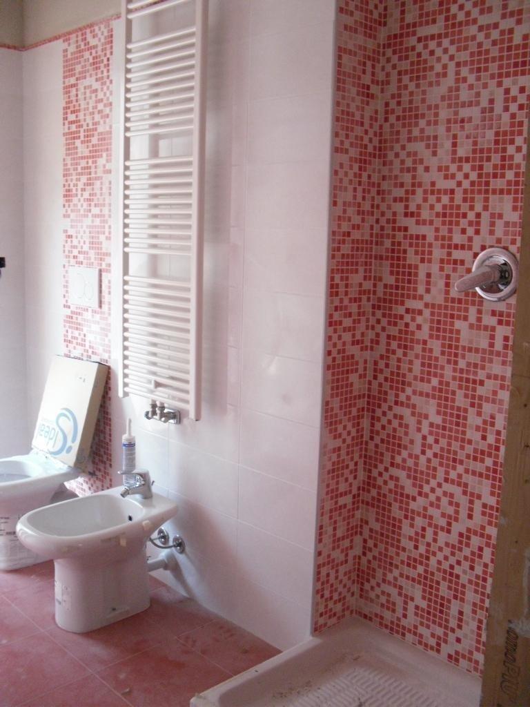 Piastrelle bagno effetto mosaico rosso