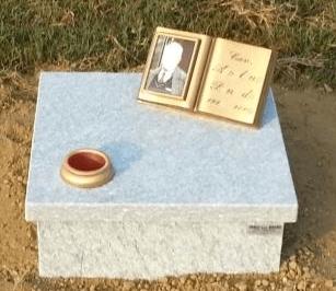 Copri-fossa a terreno con libro in bronzo
