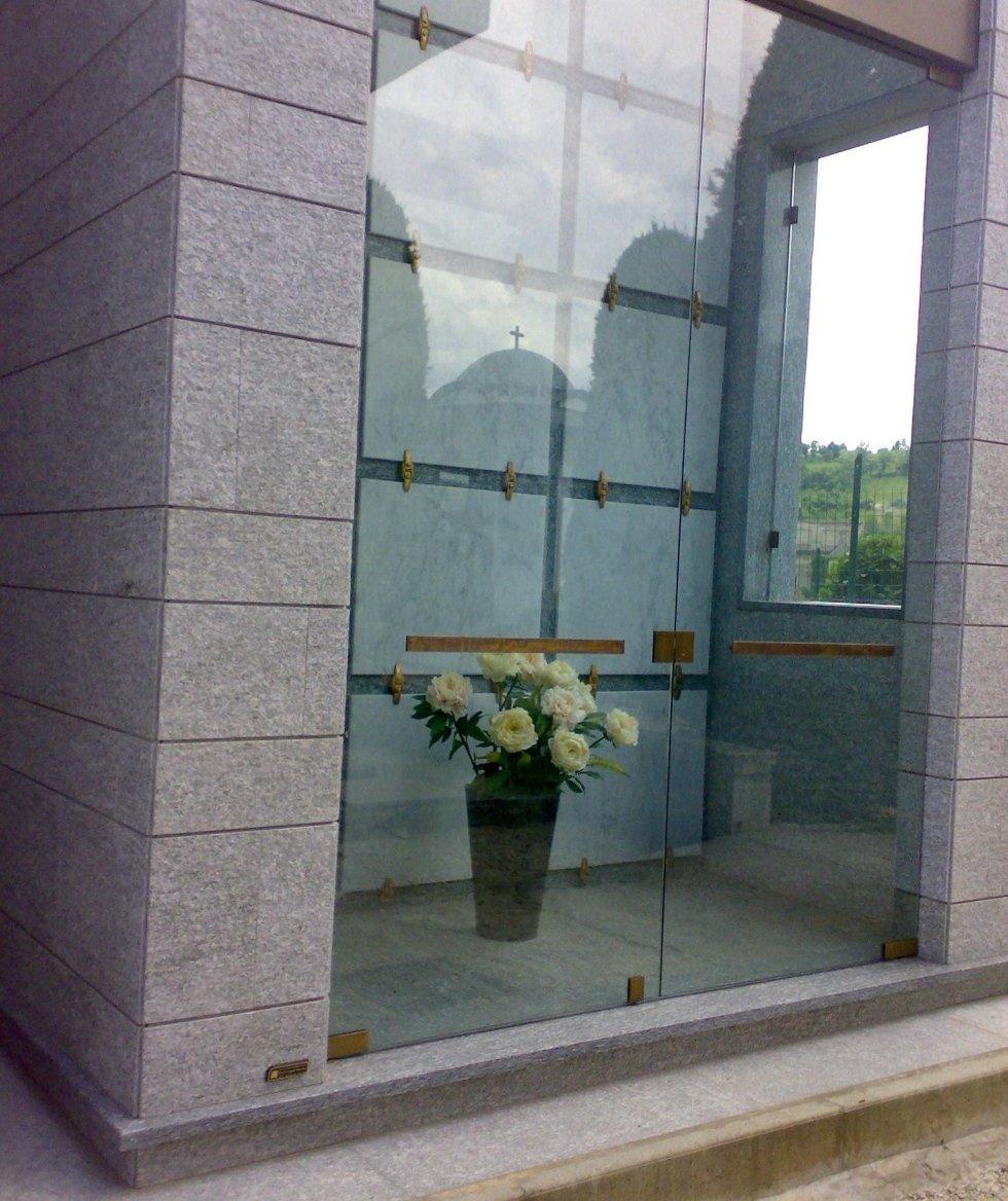 Edicola funeraria in pietra di luserna e marmo bianco di Carrara Asti