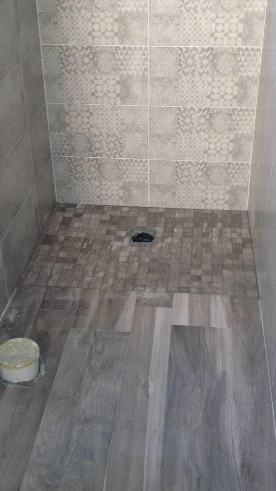 Gres effetto legno multiformato, piatto doccia a raso in mosaico ricavato dalla piastrella, rivestimento in maioliche decorate effetto cementine Revigliasco D