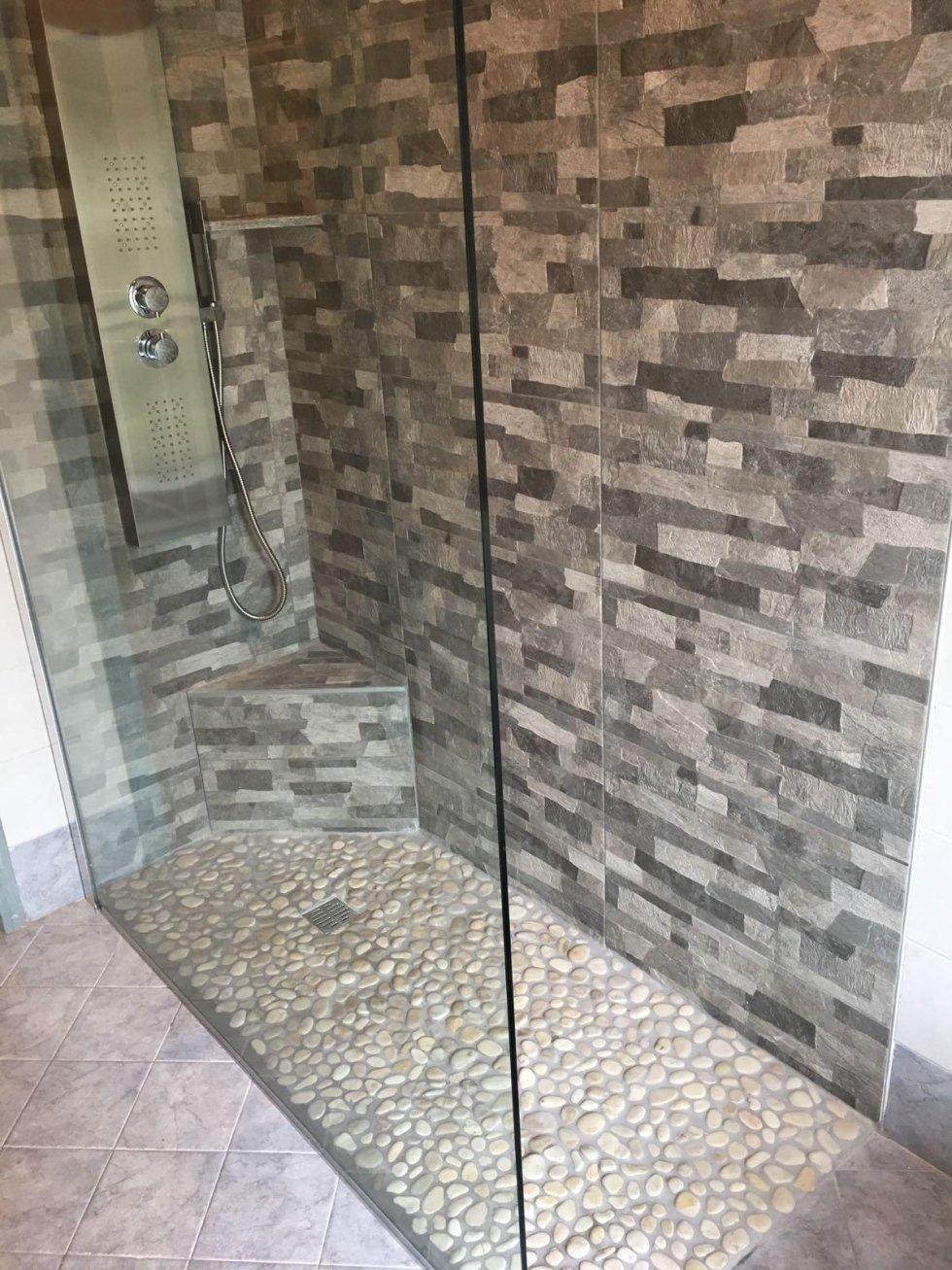 Doccia con pietre good lambiente separato da una parte la cabina per la sauna finlandese con - Una piastrella policroma per rivestimenti ...