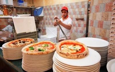Pizza con forno a legna