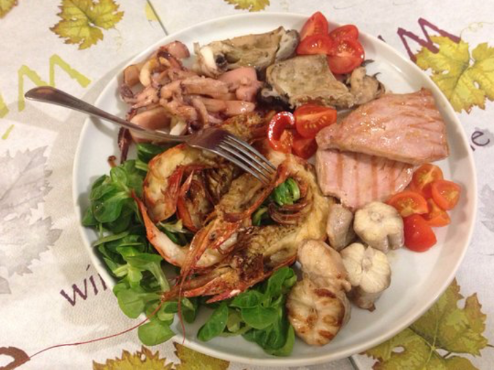Un piatto a base di pesce