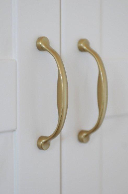 particolare maniglie su ante specchiate laccate