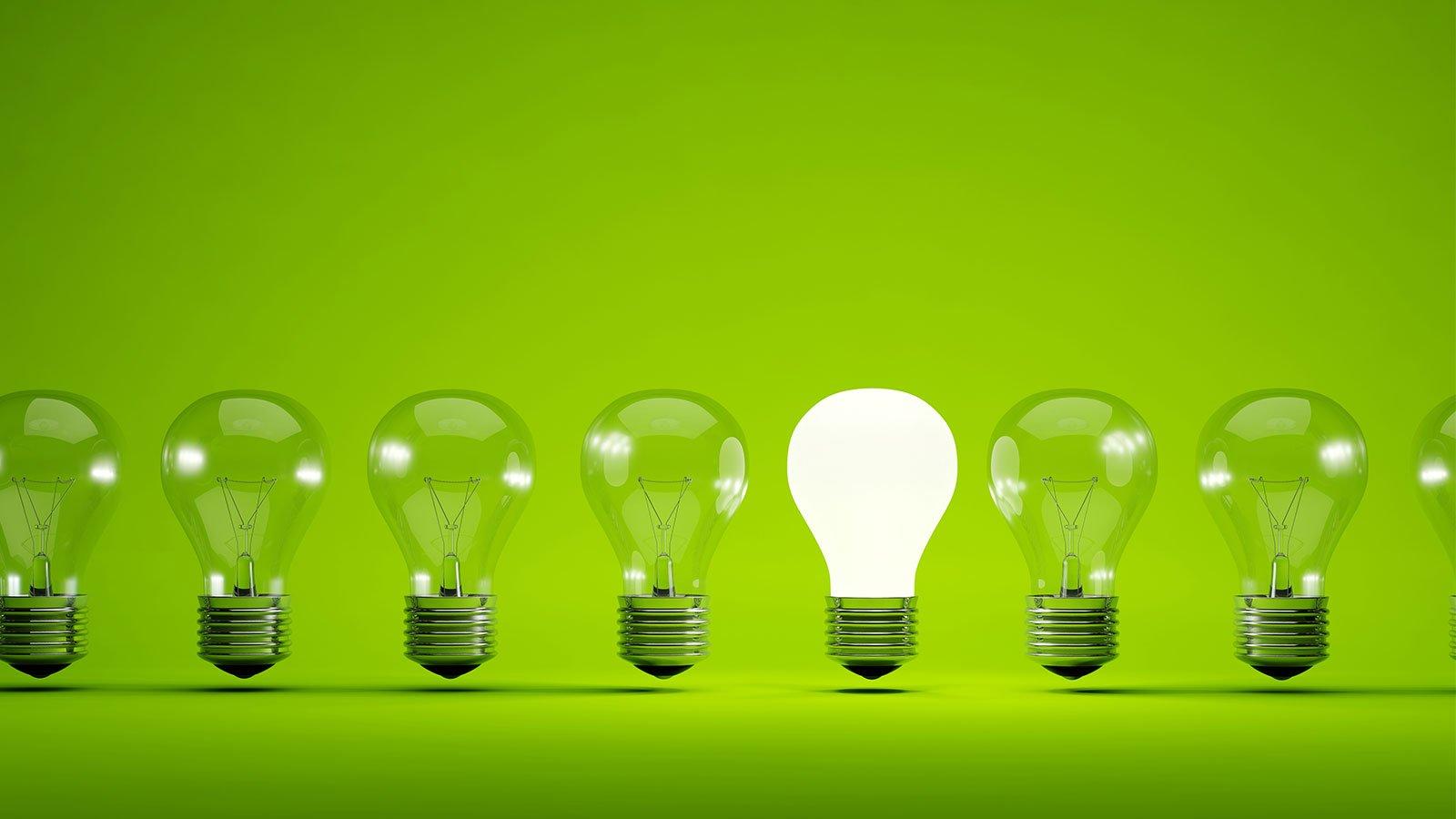 Lampadine in fila su sfondo verde