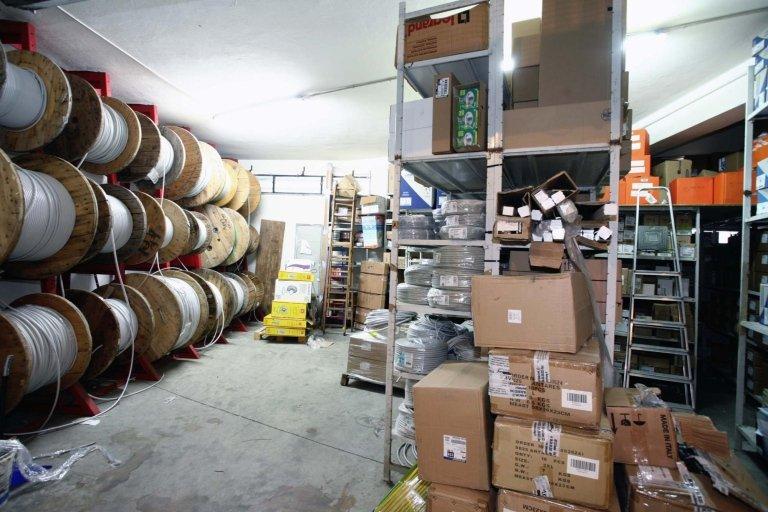 magazzino con scatole sugli scafffali